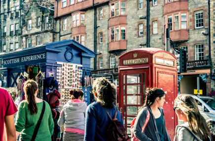 Image of holiday-goers exploring Edinburgh